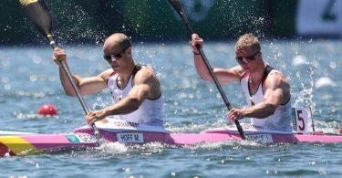 Max Hoff (l) und Jacob Schopf haben souverän das olympische Finale erreicht. Foto: Jan Woitas/dpa