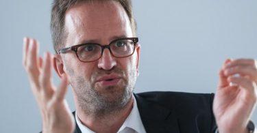 Klaus Müller, Vorstand des Verbraucherzentrale Bundesverbands (VZBV), spricht bei einem Interview. Foto: Christophe Gateau/dpa