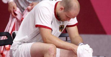 Deutschlands Paul Drux sitzt nach der Niederlage gegen Ägypten enttäuscht auf der Bank. Foto: Jan Woitas/dpa-Zentralbild/dpa