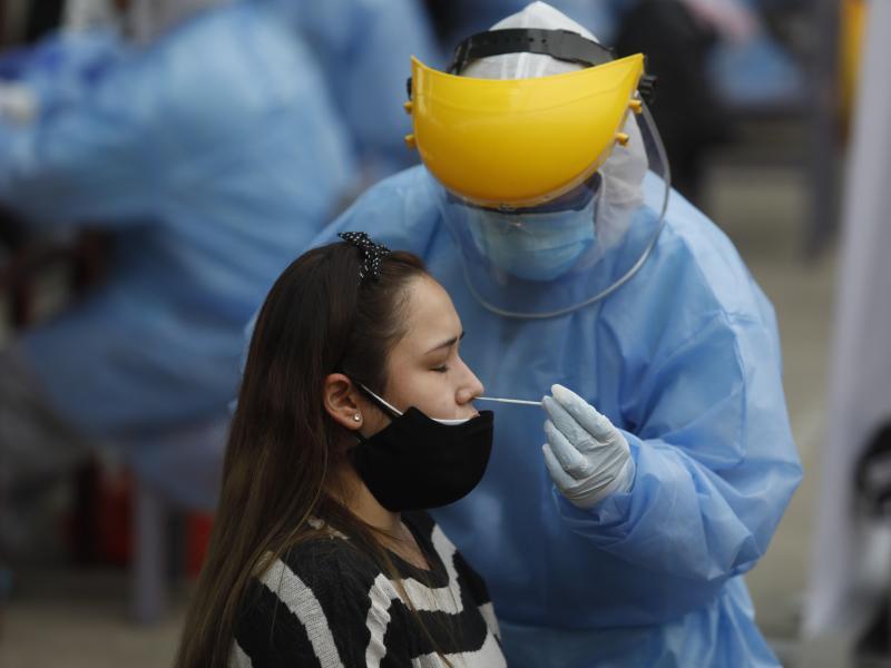 Auch nach einer Veröffentlichung aus Japan sieht ein deutscher Immunologe in der sogenannten Lambda-Variante des Coronavirus noch keinen Grund zur Besorgnis. Foto: El Comercio/GDA via ZUMA Wire/dpa