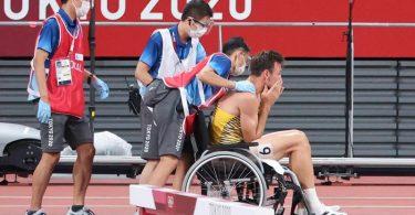 Niklas Kaul musste das Stadion im Rollstuhl verlassen. Foto: Jan Woitas/dpa