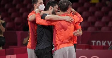 Die deutsche Mannschaft liegt sich nach dem gewonnenen Halbfinale in den Armen. Foto: Kin Cheung/AP/dpa
