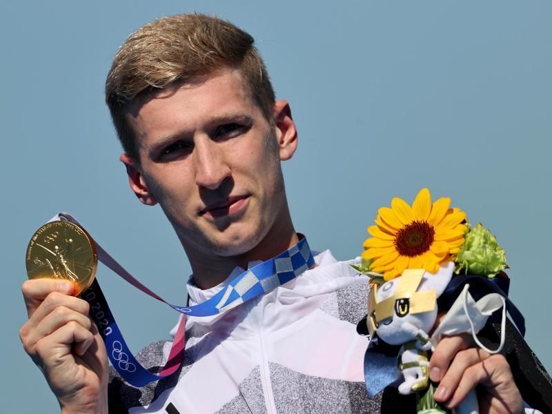 Florian Wellbrock präsentiert stolz die Goldmedaille. Foto: Oliver Weiken/dpa
