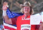 US-Kugelstoßer Ryan Crouser hatte nach dem Olympiasieg auch eine Nachricht an seinen Großvater. Foto: Michael Kappeler/dpa