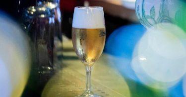 Wurde das Bier in Europa erfunden? Ist Bier gesund? Ist in alkoholfreiem Bier wirklich kein Alkohol? Rund um das Kulturgut wabern einige Mythen. Foto: Christoph Soeder/dpa