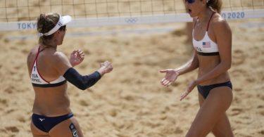 Die US-Amerikanerinnen April Ross (l) und Alix Klineman feiern den Sieg. Foto: Petros Giannakouris/AP/dpa
