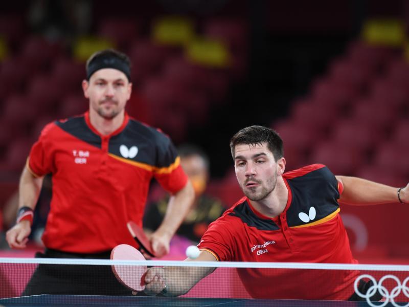 Die deutschen Tischtennis-Herren um Timo Boll (l) und Patrick Franziska haben die große Sensation gegen China verpasst. Foto: Swen Pförtner/dpa
