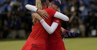 Jessica Korda (l) gratuliert ihrer Schwester Nelly zum Olympiasieg. Foto: Andy Wong/AP/dpa
