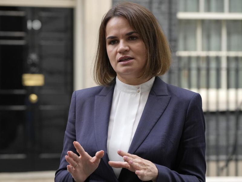 Swetlana Tichanowskaja, Oppositionsführerin aus Belarus, nach einem Treffen mit dem britischen Premierminister Johnson in London. Foto: Alastair Grant/AP/dpa