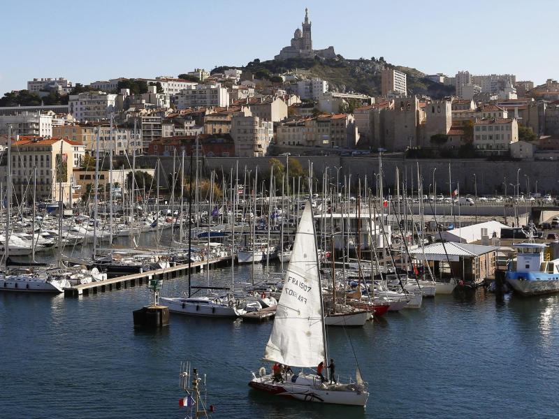 Blick auf den alten Hafen Marseilles, auch bekannt als Vieux-Port. Seit Mitternacht gelten größere Teile Frankreichs als Corona-Hochrisikogebiet. Foto: picture alliance / dpa