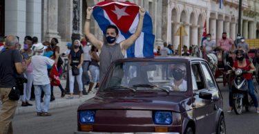 Regierungsanhänger bei einer Demonstration inHavanna. In Kuba werden künftig kleine und mittlere Unternehmen zugelassen. Foto: Ismael Francisco/AP/dpa