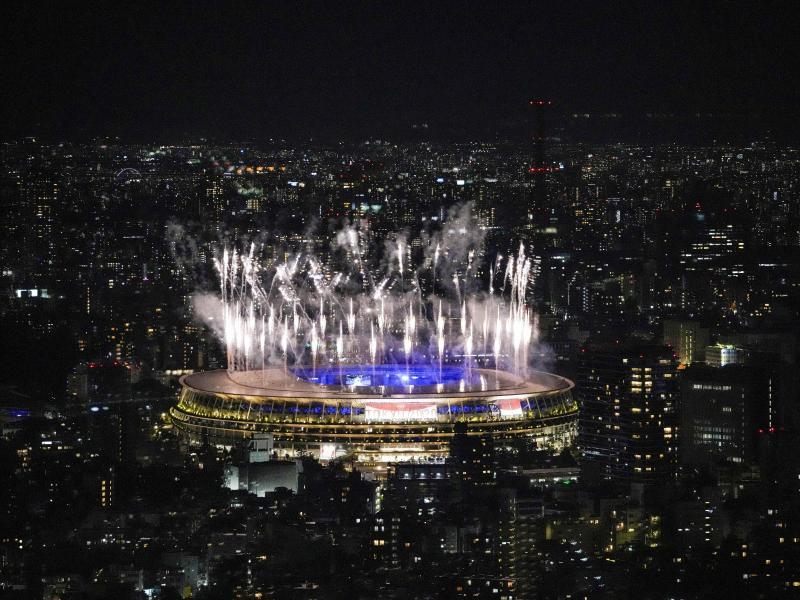 Ein Feuerwerk erleuchtete das Stadion in Tokio. Foto: Kiichiro Sato/AP/dpa