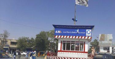 Eine Taliban-Flagge weht auf einem Platz in Kundus. Die 370.000-Einwohner-Stadt wurde von den Taliban erobert. Foto: Abdullah Sahil/AP/dpa