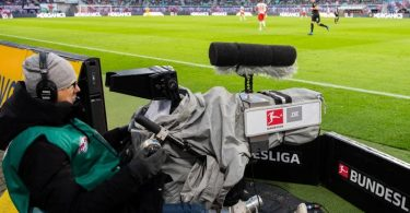 Mit dem Anpfiff der neuen Bundesliga-Saison startet an diesem Wochenende eine neue TV-Ära. Foto: Robert Michael/dpa