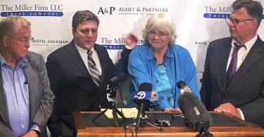 Kläger Alva (l) und Alberta Pilliod (2.v.r.) mit ihren Rechtsanwälten Brent Wisner (2.v.l.) und Michael Miller (r.) bei einer Pressekonferenz in San Francisco. Foto: Paul Elias/AP/dpa