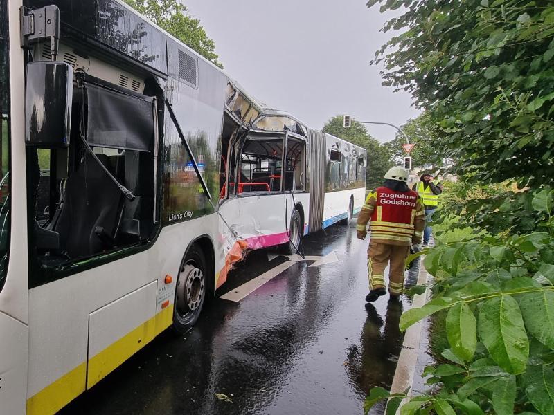 Der stark beschädigte Linienbus an der Unfallstelle in Langenhagen. Foto: -/TNN/dpa