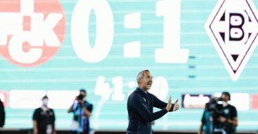 Schon schlechter gestartet: Gladbachs Trainer Adi Hütter (M) gestikuliert vor der Spielanzeige. Foto: Uwe Anspach/dpa