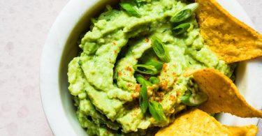 Die bekannteste Soße Mexikos ist die Guacamole aus Avocado, Limettensaft, Tomatenwürfeln, fein gehackter roter Zwiebel, Knoblauch und Koriandergrün, Chilipulver, Salz und Pfeffer. Foto: Vivi d'Angelo/Gräfe und Unzer Verlag/dpa-tmn