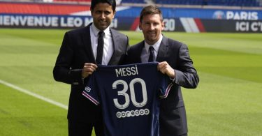 PSG-Präsident Nasser Al-Khelaifi (l) posiert mit Lionel Messi im Stadion Parc des Princes. Foto: Francois Mori/AP/dpa