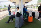Fahrgäste warteten in Wolfsburg vergeblich auf einen ICE in Fahrtrichtung Berlin. Foto: Julian Stratenschulte/dpa