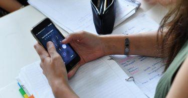 Einer Studie zufolge sind Jugendliche während der Corona-Zeit mehr online als davor. Foto: Jens Kalaene/ZB/dpa