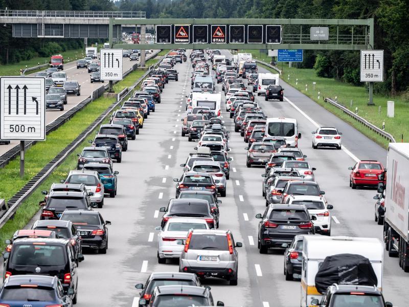 Sie soll über Staus, Unfälle und Umleitungen informieren - doch im Google Play Store bekommt die neue Autobahn-App wegen mangelhafter Inhalte und fehlender Navigationsfunktionen nur durchschnittlich 2,2 von 5 Punkten. Foto: Matthias Balk/dpa