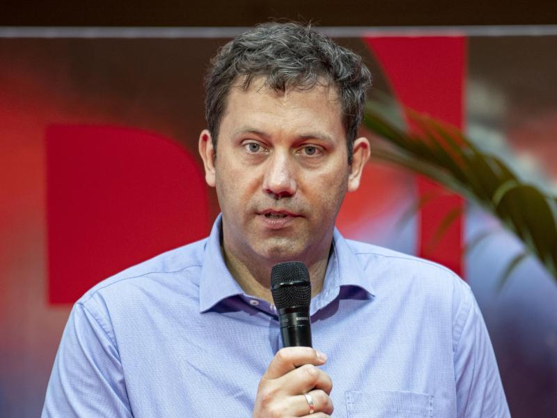 Bei Hass fängt die Freundschaft an: SPD-Politiker Lars Klingbeil solidarisiert sich wegen einer Schmähkampagne gegen die Grünen mit dem politischen Konkurrenten. Foto: Fabian Sommer/dpa-Pool/dpa