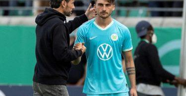 Wechselte in Münster einmal zuviel: Wolfsburg-Coach Mark van Bommel (l, hier mit Maximilian Philipp). Foto: Marco Steinbrenner/Kirchner-Media/dpa