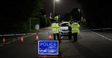 Polizeibeamte errichten eine Sperre in der Nähe eines Tatorts in der Gegend von Keyham. Foto: Ben Birchall/PA Wire/dpa