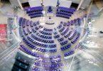 Der leere Plenarsaal des Deutschen Bundestages ist von der Fraktionsebene aus zu sehen. Foto: Christoph Soeder/dpa