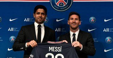 PSG-Boss Nasser Al-Khelaifi (l) lotste Lionel Messi nach Paris. Foto: Stephane De Sakutin/AFP/dpa