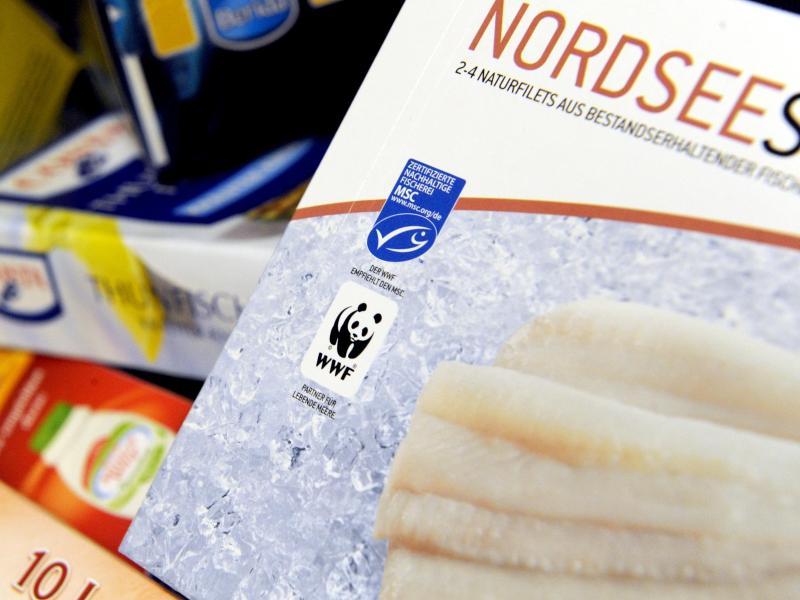 Zwischen Einfrier- und Mindesthaltbarkeitsdatum bei unverarbeitetem Tiefkühlfisch kann eine mehrjährige Spanne liegen. Foto: Marcus Brandt/dpa/dpa-tmn