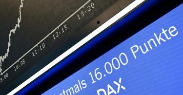 Beflügelt von guten Unternehmensbilanzen hat der Dax erstmals die Marke von 16 000 Punkten geknackt. Foto: Arne Dedert/dpa