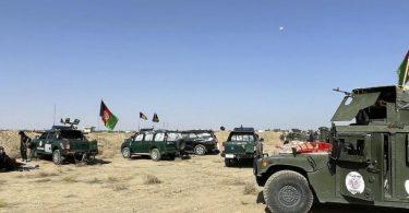 Afghanische Militärfahrzeuge stehen während der Kämpfe zwischen den Taliban und afghanischen Sicherheitskräften in der Stadt Kandahar südwestlich von Kabul. Foto: Sidiqullah Khan/AP/dpa