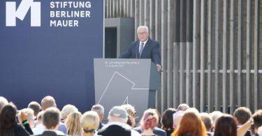 Bundespräsident Frank-Walter Steinmeier nimmt an der zentralen Gedenkveranstaltung zum 60. Jahrestag des Baus der Berliner Mauer teil. Foto: Wolfgang Kumm/dpa