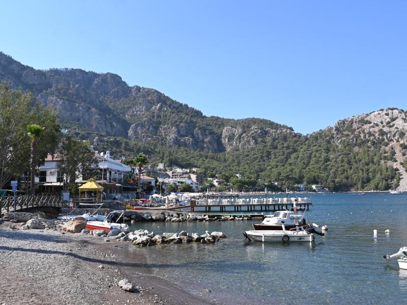 Der kleine Hafen des Touristenorts Marmaris in der Provinz Mugla. Einwohner des Ortes haben erst kürzlich tagelang gegen die Flammen in den umliegenden Bergen gekämpft, um den Ort zu schützen. Foto: Anne Pollmann/dpa