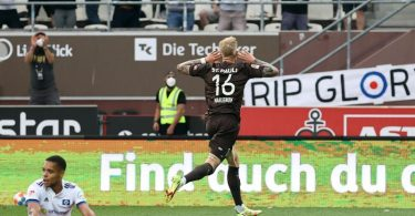 Pauli-Doppeltorschütze Simon Makienok bejubelt das Tor zum 3:1 gegen den HSVim Hamburger Stadtderby. Foto: Christian Charisius/dpa