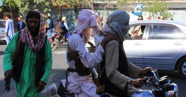 Kämpfer der Taliban in der Innenstadt von Herat. Foto: -/XinHua/dpa