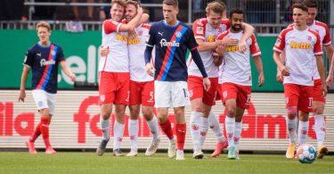 Jahn Regensburg setzte sich souverän bei Holstein Kiel durch. Foto: Gregor Fischer/dpa