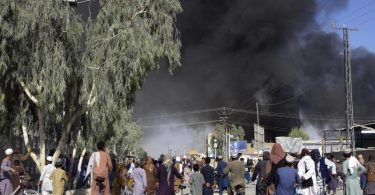 Rauchschwaden steigen am Donnerstag nach Kämpfen zwischen Taliban und Sicherheitskräften in Kandahar in den Himmel. Foto: Sidiqullah Khan/AP/dpa