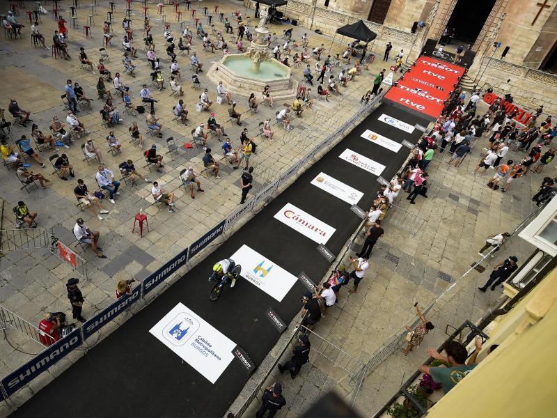 Zuschauer sitzen während der ersten Etappe der Vuelta neben der Strecke. Foto: Alvaro Barrientos/AP/dpa