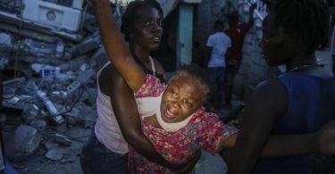 Oxiliene Morency weint vor Trauer, nachdem die Leiche ihrer siebenjährigen Tochter Esther Daniel aus den Trümmern ihres durch das Erdbeben zerstörten Hauses in Les Cayes, Haiti, geborgen wurde. Ein Erdbeben der Stärke 7,2 hat Haiti am Samstag erschüttert. Foto: Joseph Odelyn/AP/dpa