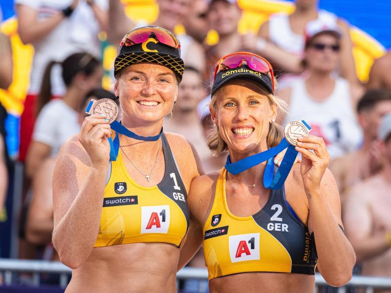 Karla Borger (r) und Julia Sude gewannen die Bronzemedaille. Foto: Expa/Florian Schroetter/APA/dpa