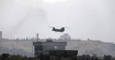 Ein Hubschrauber der USA vom Typ Chinook fliegt über der US-Botschaft in Kabul. Foto: Rahmat Gul/AP/dpa