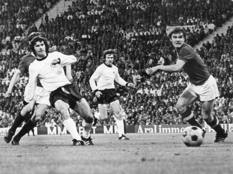 Der frühere Stürmer Gerd Müller (l) bei einem Länderspiel im Jahr 1972 gegen die UdSSR. Foto: dpa