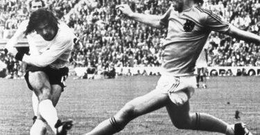 Gerd Müller (l) erzielt im WM-Finale 1974 den 2:1-Siegtreffer gegen die Niederlande. Foto: Werner Baum/dpa