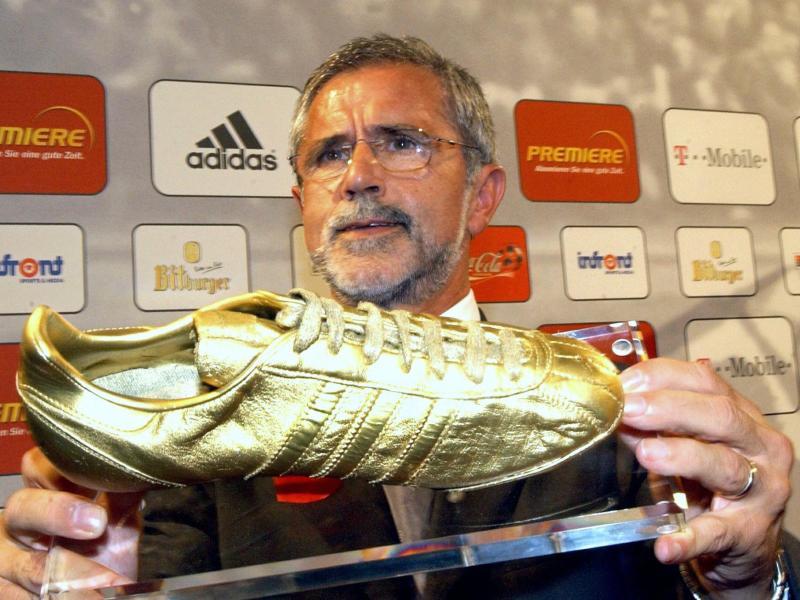 Gerd Müller erhielt im Jahr 2003 als erfolgreichster Spieler der Bundesliga einen goldenen Fußballschuh. Foto: Franz-Peter Tschauner/dpa