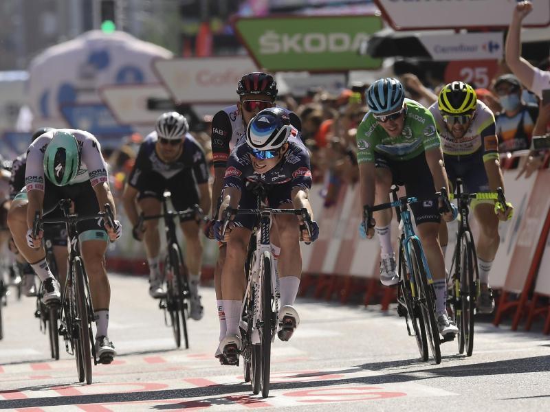 Jasper Philipsen (M) setzte sich auf der 2. Etappe der Vuelta im Massensprint durch. Foto: Alvaro Barrientos/AP/dpa