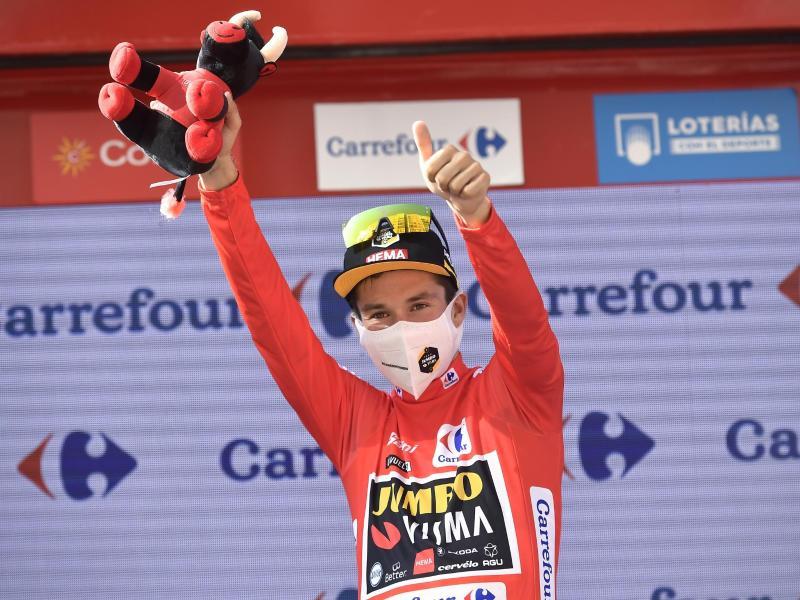 Primoz Roglic hat schon zum Auftakt der Vuelta das Rote Trikot übernommen. Foto: Alvaro Barrientos/AP/dpa