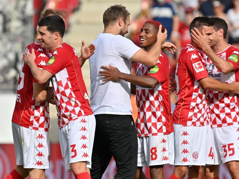 Trainer Bo Svensson (M) und seine Mainzer feierten einen überraschenden Sieg gegen Leipzig. Foto: Torsten Silz/dpa